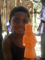 Petite fille heureuse avec sa nouvelle poupée
