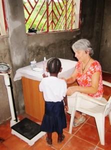 14_Clotilde weighing the kids in Kikimi